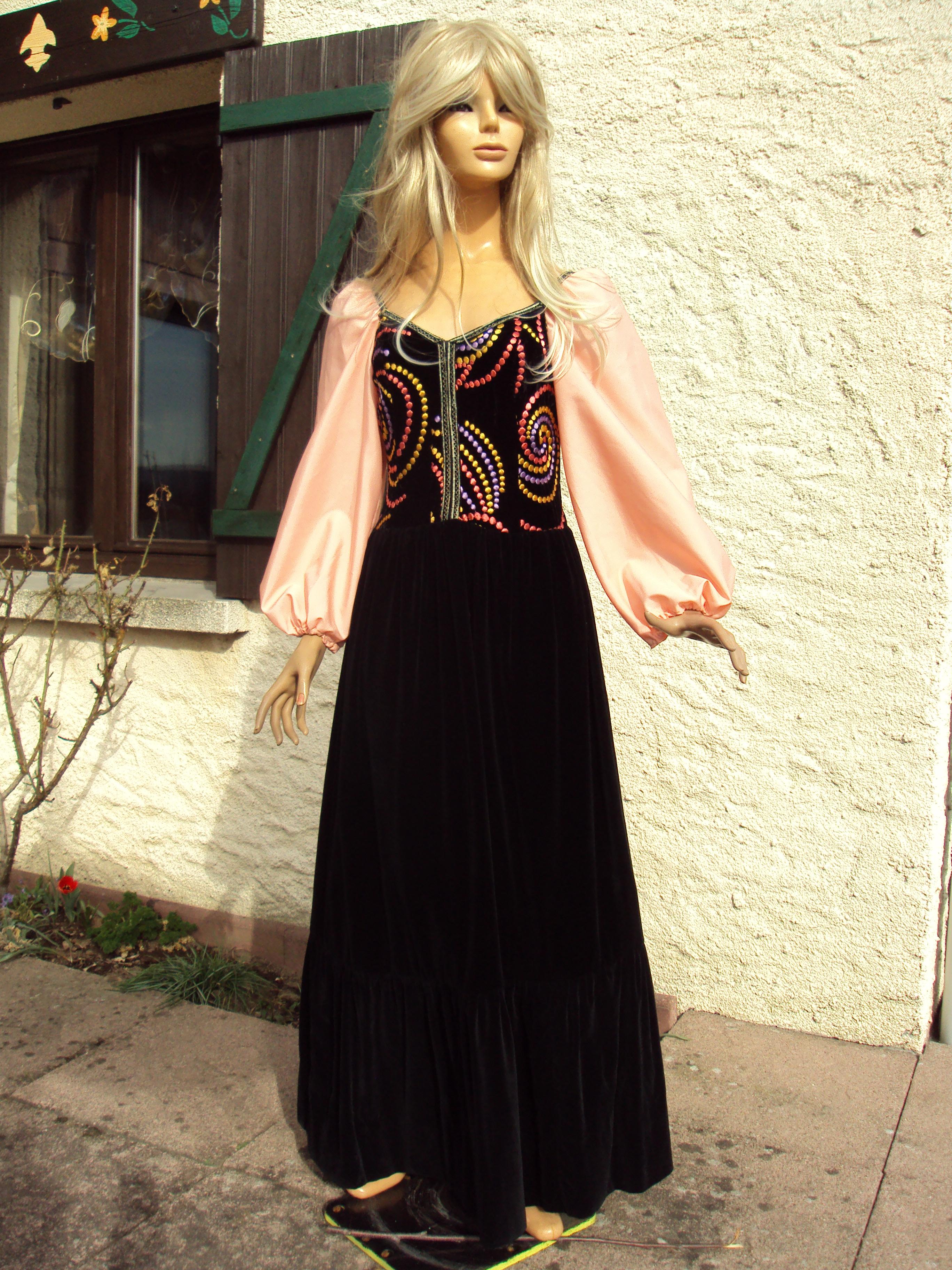 robe longue en velours noire et saumon chantal costumes. Black Bedroom Furniture Sets. Home Design Ideas