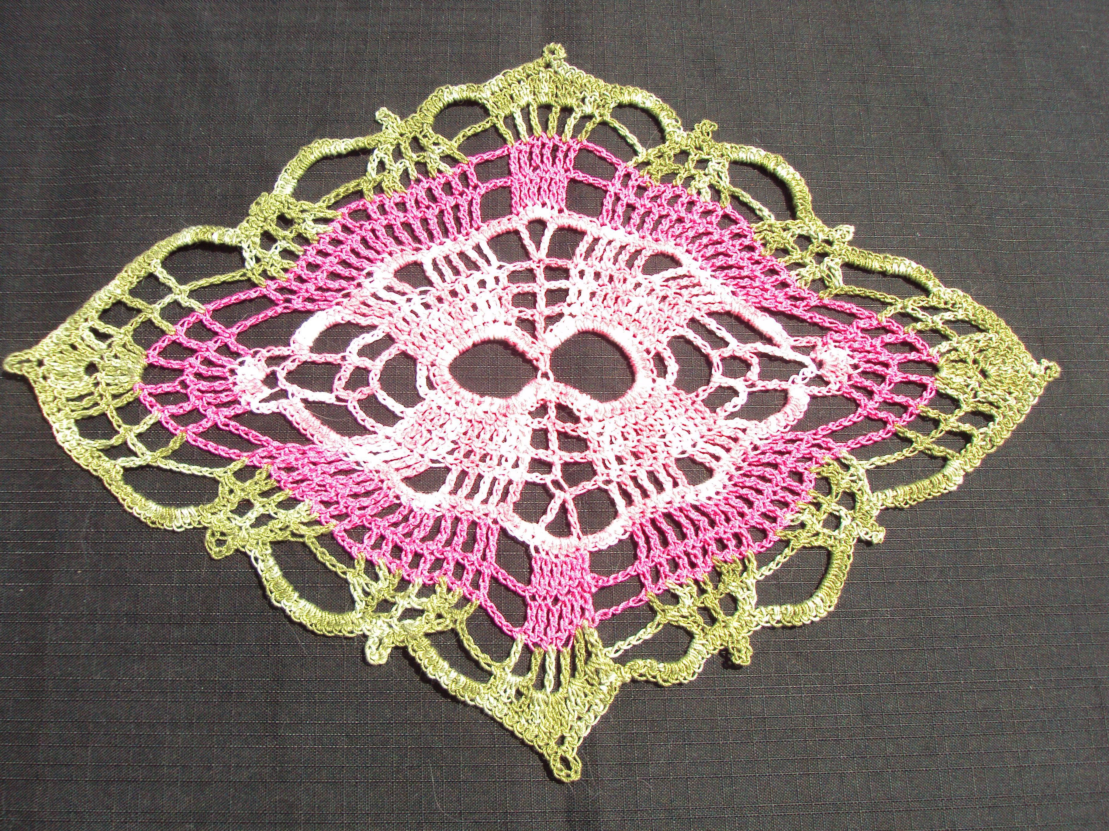 Grand Napperon Au Crochet en ce qui concerne napperon grand losange 2 tons de rose et vert - chantal costumes